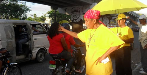 Elderly woman campaigning on streets of Santo Domingo