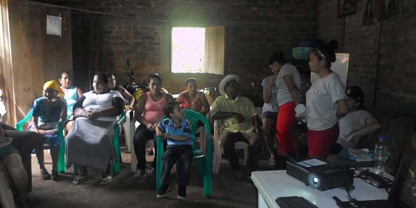 Sesión con los/as beneficiarios/as de las eco-estufas