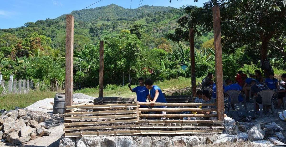 Construyendo las paredes depárales del kiosco