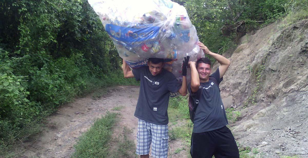 Recogiendo las botellas de plástico para convertirlos en bio-bloques