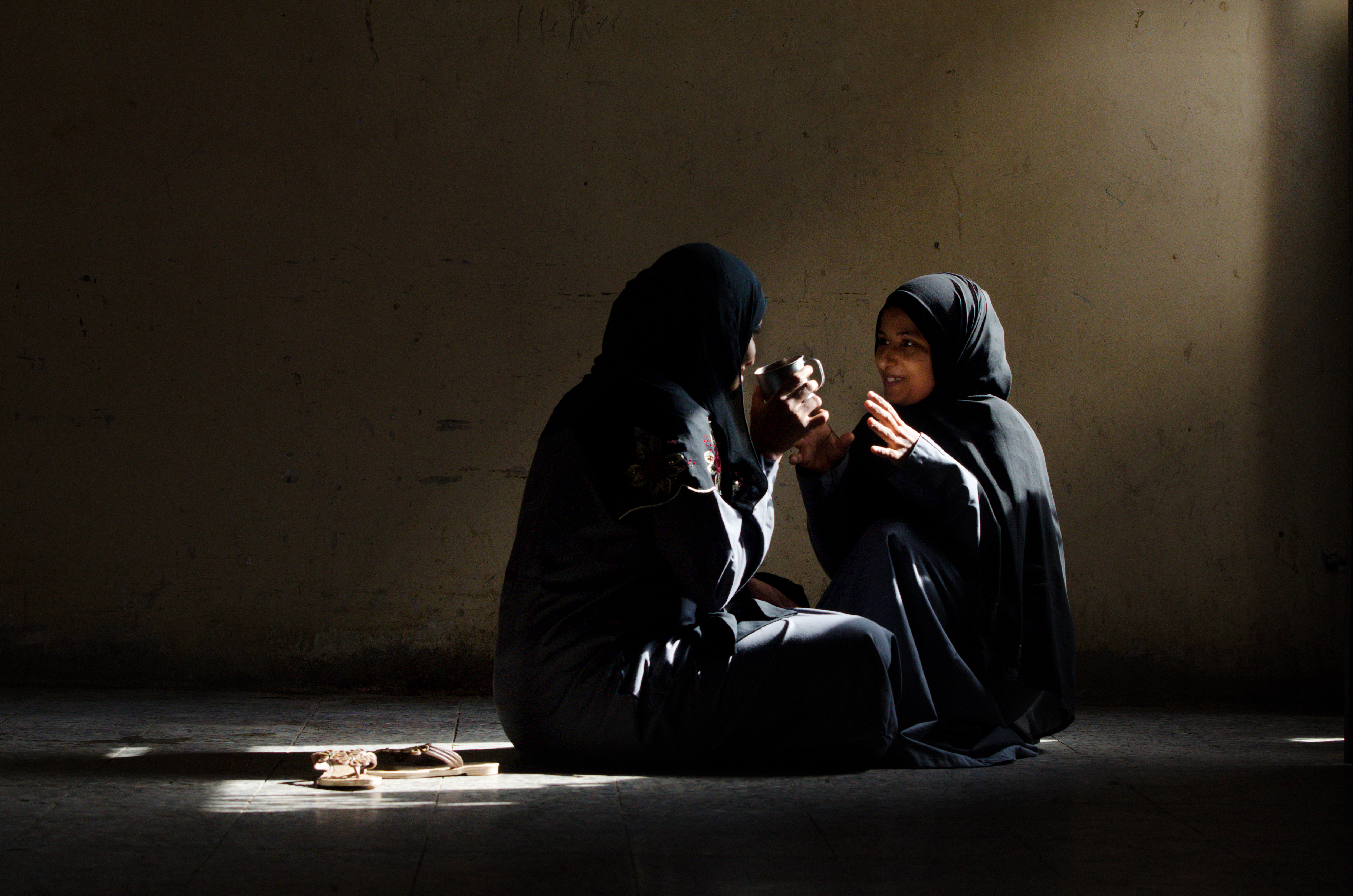 Young women in Hodeidah prison: Mariam, 19 years old, (right), talking to her friend Hafsah, age 27. Photo credit: © Amira Al-Sharif/Progressio