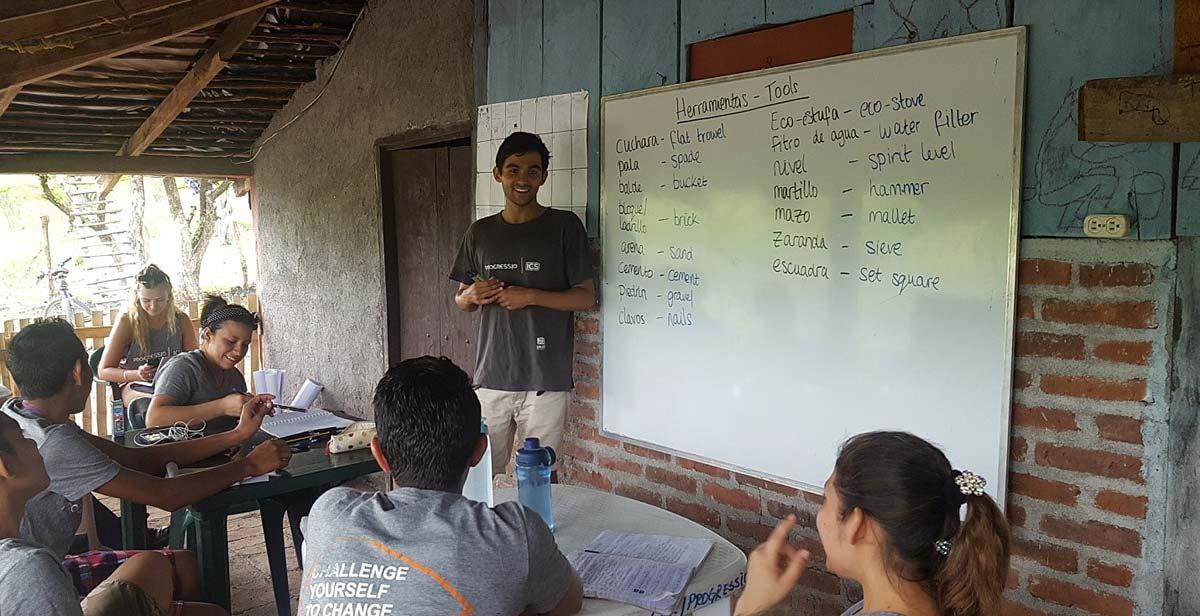 Clases de Inglés a voluntarios nacionales, impartida por Jamil
