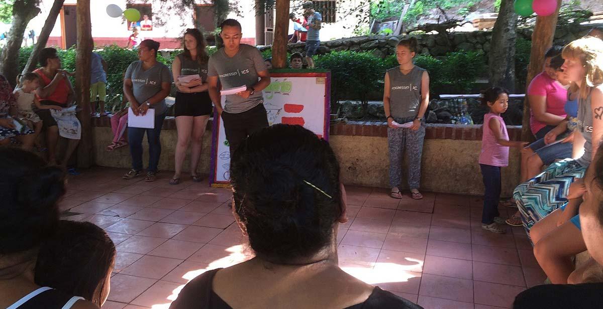 Realizando la charla sobre el aprendizaje del abono orgánico