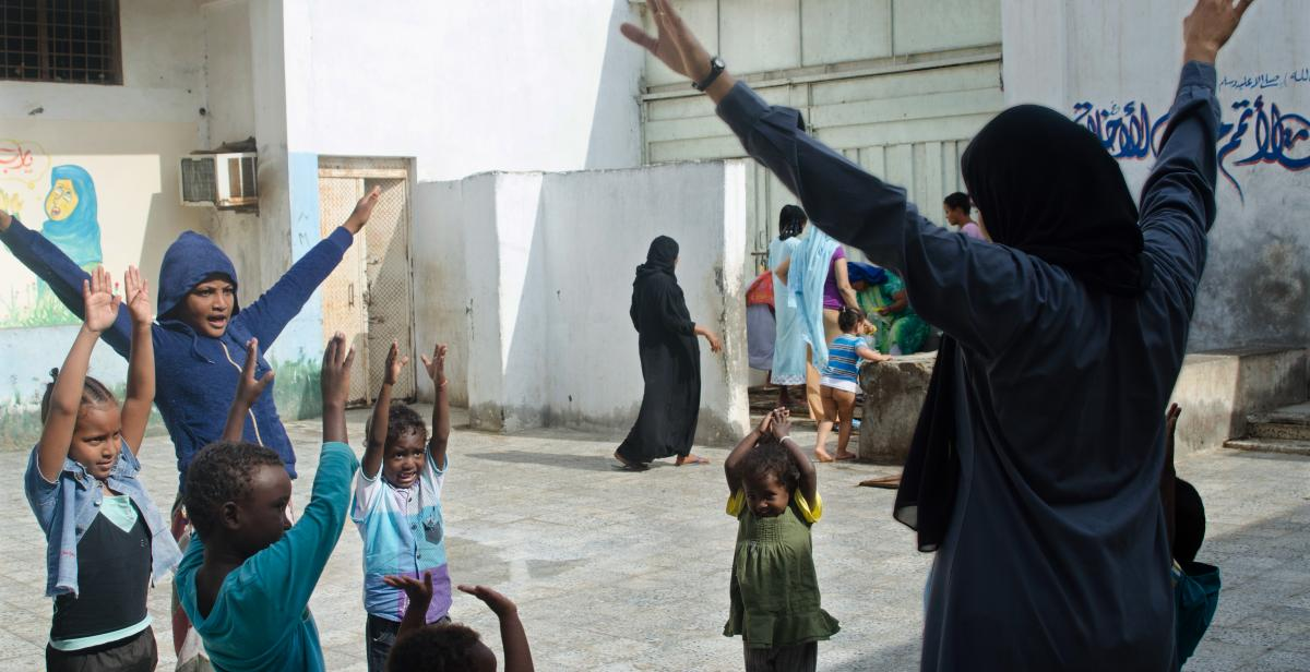 Women in Hodeidah prison playing with children from Ethiopia and Eritrea in the yard of the central prison. Photo credit: © Amira Al-Sharif/Progressio