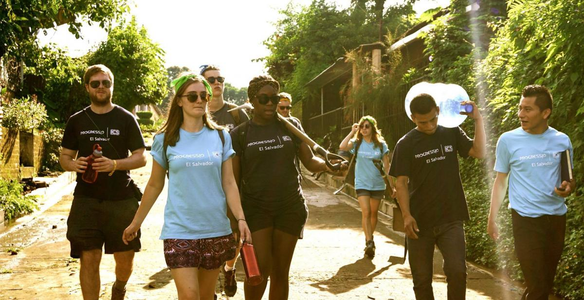 Volunteers ready for some manual labour in El Salvador
