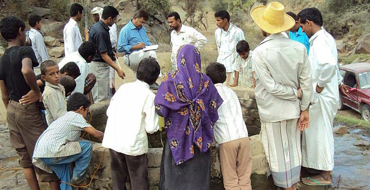 Development Worker Fawaz Hamdan conducting a focus group with unregistered internally displaced people in the Quaidinah district, Hajah Governorate, Yemen. Fawaz worked as a Water, Sanitation and Hygiene (WASH) Adviser for the WASH Cluster of the Al-Hodeida NGO Forum.