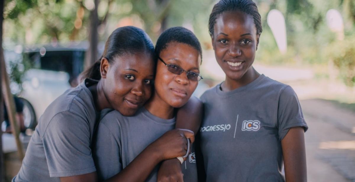 Maria (centre) during her ICS volunteer placement, Zimbabwe