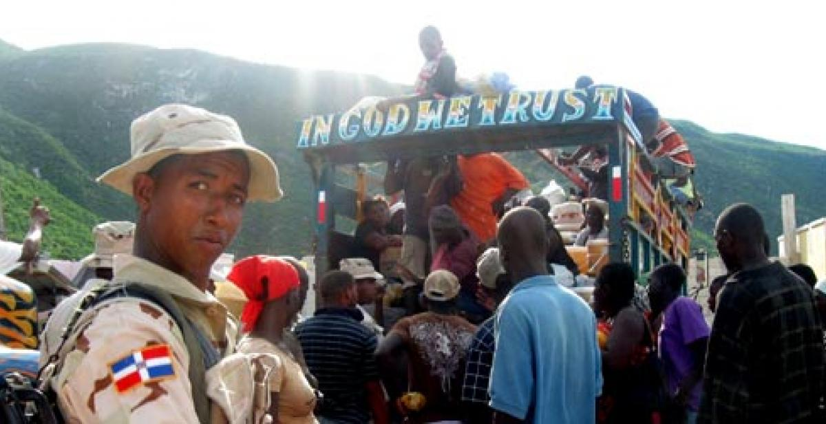 A mountain bus taking people to Malpaso market