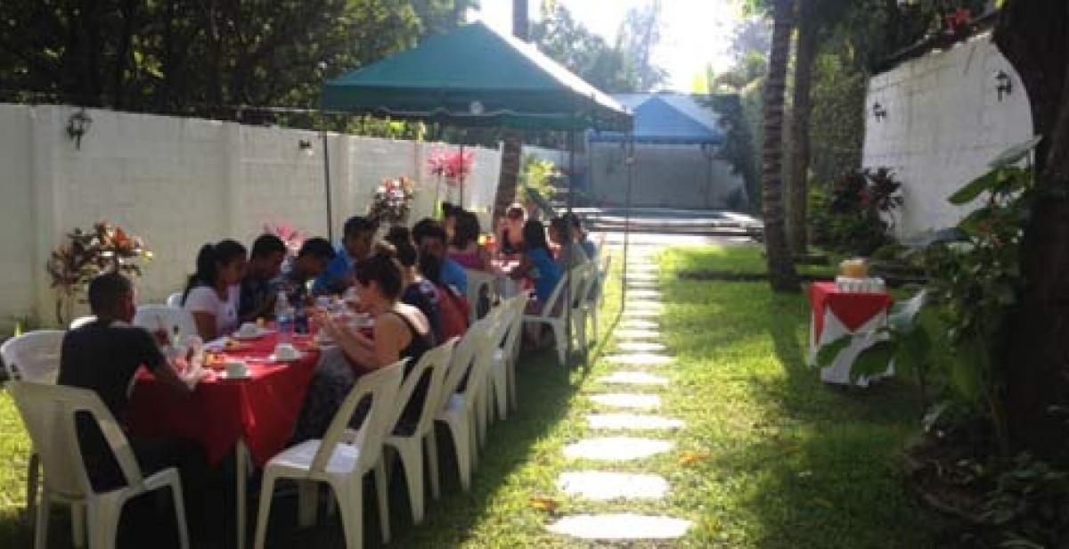 Volunteers having breakfast outside during orientation (©Progressio)