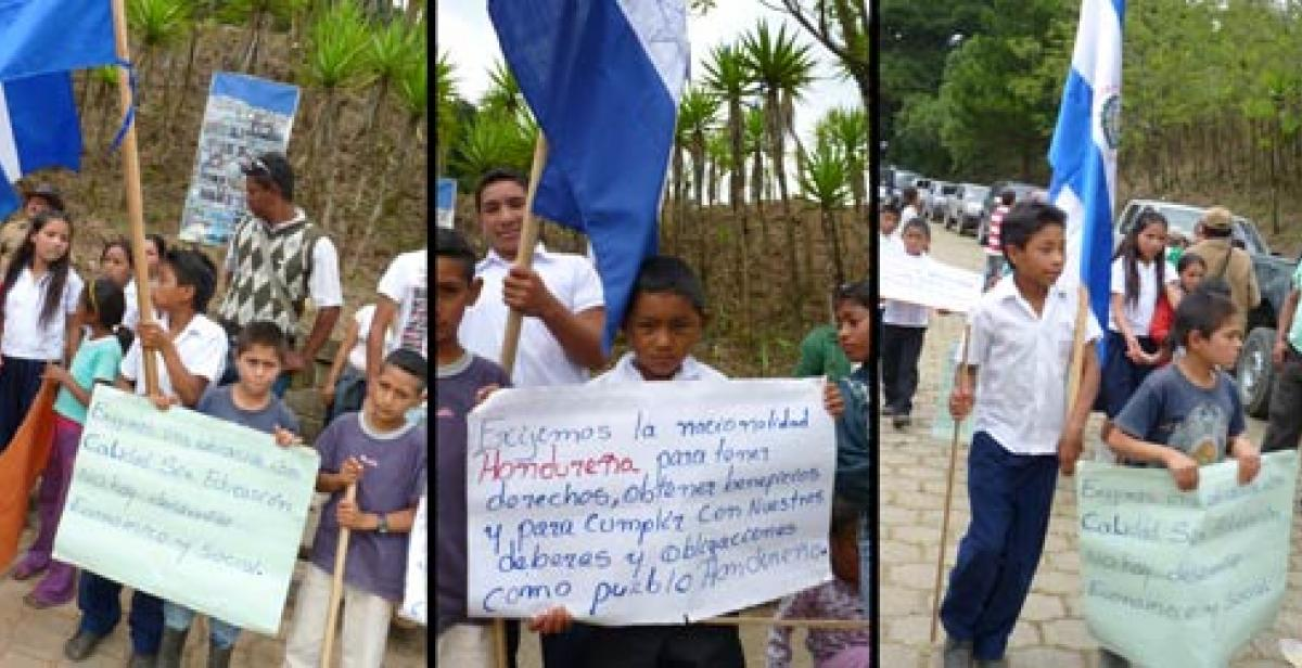 The Nahuaterique community demonstrating to government authorities
