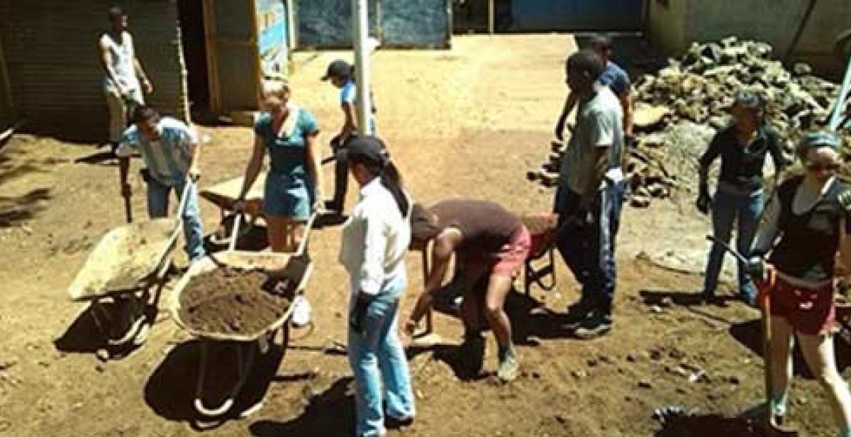 Volunteers working in El Salvador
