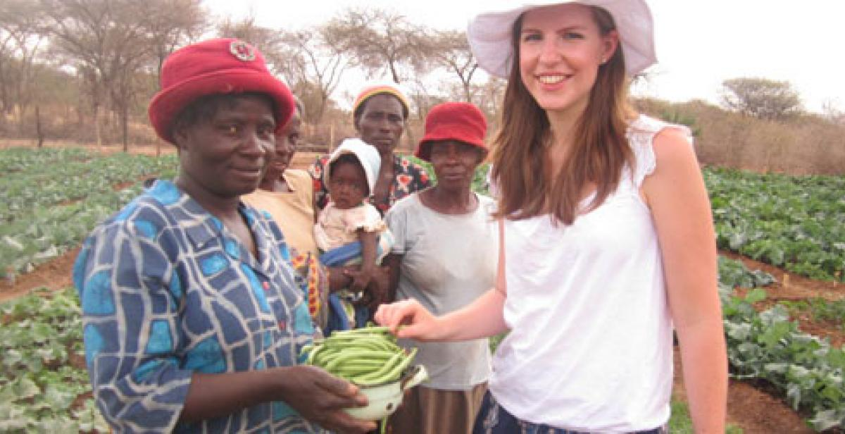 Women presenting vegetables to Lis in Zimbabwe