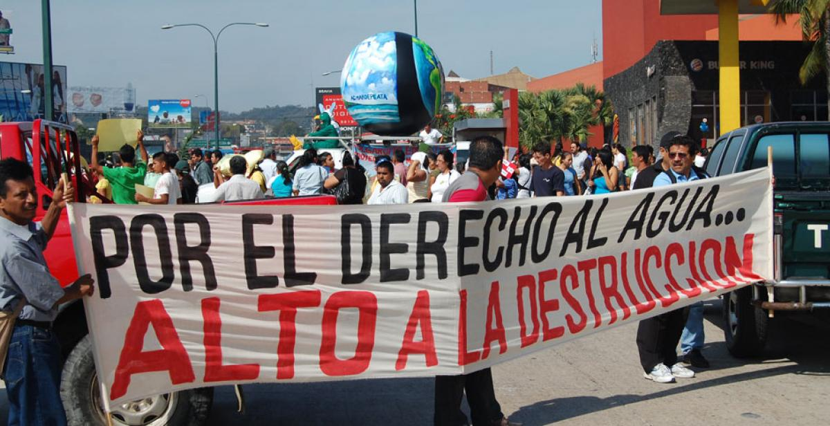 A banner at a demonstration for water rights in El Salvador