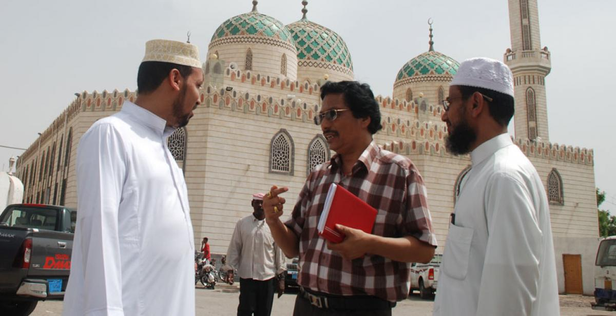 Prachanda Shrestha talking with Imams outside a mosque in Hodeidah, Yemen