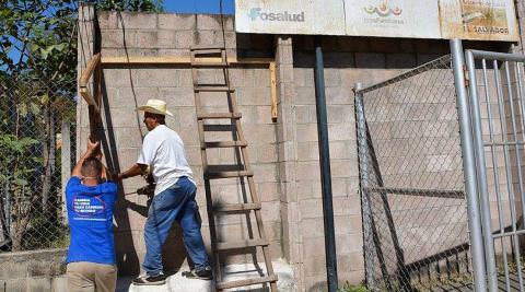 Uno de nuestros voluntarios trabajando con el carpintero para hacer los techos de los bancos
