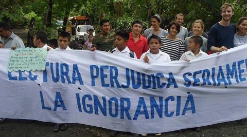 ICS volunteers and students marching in La Sabanita