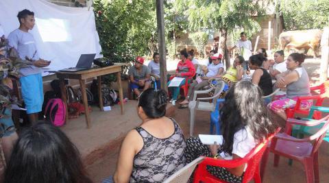 Uno de los voluntarios brindando la charla