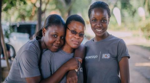 Maria (centre) during her ICS volunteer placement, Zimbabwe
