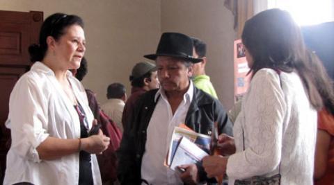 Carmen Medina talking to two visitors