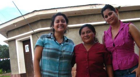 Solange (izquierda) con compañeras del trabajo de FENACOOP